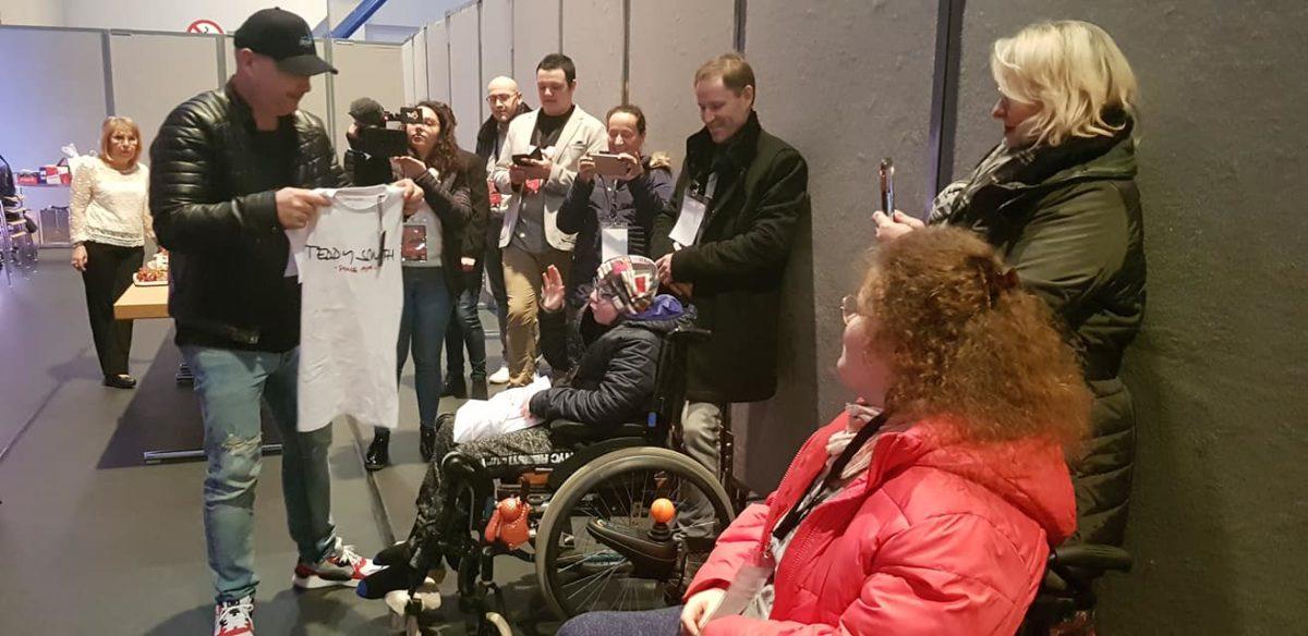 Cauet offre un t shirt à une personne handicapée AnimAffaires